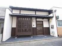 趣ある京町家の雰囲気を最大限に残す七宝庵外観。風情ある伏見の街並みをご覧ください。