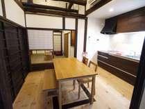 キッチンには最新設備、食器類や調理器具もご用意しています。京都グルメをゆっくりとお宿で。