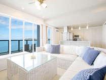 【客室スイート】一面の青いオーシャンビューによく似合う、白を基調とした調度