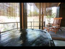【てまり】湯上りは玉砂利を敷き詰めたテラスのチェアで寛いで。