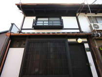 一棟貸切の京町家です。石畳の八坂の塔下近くにございます。