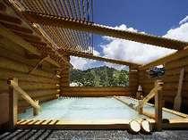 """""""ログ丸太露天風呂""""からは国立公園内の朝日山が一望できる。乳白色源泉かけ流しの硫黄泉。"""