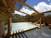 国立公園の朝日山を望む絶景のログ露天風呂。乳白色源泉かけ流しの硫黄泉。