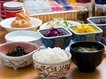 大好評の無料朝食に炊き立てご飯と味噌汁が新登場!明るい朝食コーナーでお召し上がりください。