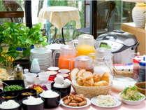 バイキング形式の無料朝食はご飯やパン、サラダなど種類も豊富!