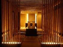 竹を幾何学的に配したエントランス