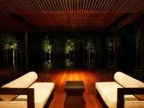 バーラウンジから眺める幻想的な夜の水盤