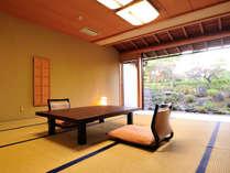 *【庭付き和室(14畳)】1階(客間一例)/広い窓は開放可能。下駄をはいて散歩もお楽しみいただけます。