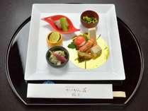 *【ご夕食一例・前菜】 旬の素材を盛り込んだ懐石料理をお部屋にてお召し上がりいただきます。