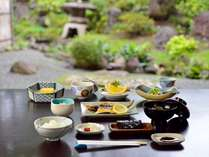 *ご朝食一例。ご朝食はスタンダードな和食のセットをご用意いたします。