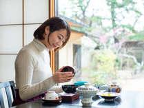 *【ご朝食】お椀の蓋を開けると、ふわりと広がるお出汁の良い香り。