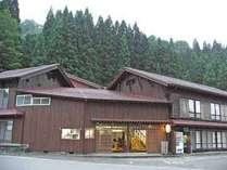 山あいの古い家屋です。白山の山懐で自然に包まれごゆっくりおくつろぎください。