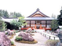 弘法大師が高野山開創にあたって、苦修練行された聖地「遍照ヶ峰」の「遍照ヶ岡」に建立されています。