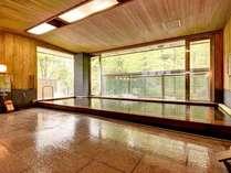 *大浴場(1F)/樹齢二千年の古代檜の浴槽に身を委ね、窓から見える竹林を眺めながら至福のひと時を。