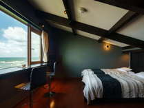 全て違う造りの  『離れ 華海廊』客室はすべてメゾネットタイプ。ベッドルームから日本海一望。