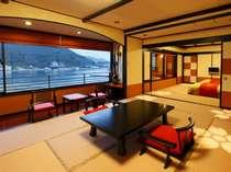 和室12帖+10帖、直径150cm温泉かけ流し露天付客室。