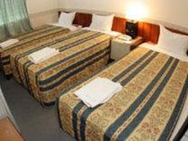 *トリプルルーム(一例)ツインルームに補助ベッドが入ります。