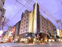 *繁華街松山にあって便利!地下1階地上10階建ての当ホテルへようこそ!