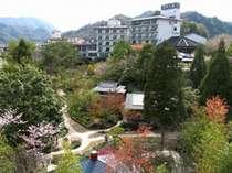 ホテルを包み込み四季折々の姿を見せる日本庭園