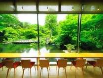 ロビーからは1,500坪の雄大な日本庭園を。