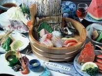 店主が釣って来た鮮魚が堪能できる桶盛付きの里会席プラン/例