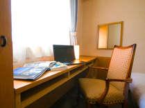 客室で仕事や読書も。電気スタンドの貸出もございます。