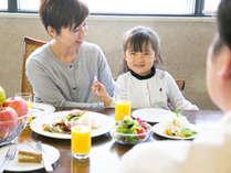 爽やかな朝日が差し込む明るいレストラン。お子様用のイスもご用意しております!
