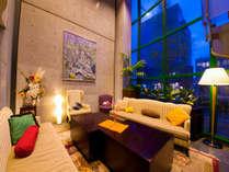 1階ロビーは落ち着いた空間。博多周辺情報やホテル周辺地図をご用意しております。