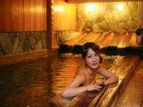 浴槽に松や檜をふんだんに使った畳敷きの『樹齢の湯』