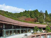 縄文ロマン香る丘陵地にゆったりと曲線を描くデザイン