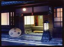 歴史ある木造老舗宿。紀州藩徳川公に愛されたお部屋は趣きが更に増す。創業は1657年