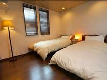洋室 (2): シングルベッド 2台