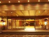 旅館の情緒とホテルの機能性が融合したエントランス