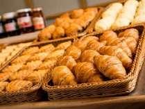 朝食バイキング 多彩なパンをお召し上がりください。
