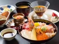函館ならでは!旬の海鮮丼定食をお部屋でお楽しみください。