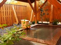 春もみじや秋の紅葉の見える露天風呂