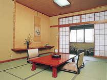 *和室の一例。空の冷蔵庫を各客室に備えております。