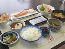 *【ご朝食一例】南アルプスのおいしい水で育ったおいしいお米と和のおかずをご用意致します♪