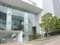 JR新宿駅サザンテラス口より徒歩2分/2階エントランス