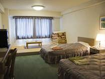 ファミリーに人気!洋室ツインに畳スペースがあるファミリールーム。(36平米)