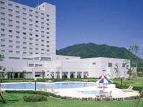 ホテル外観とプール