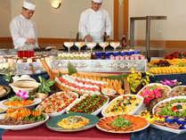 【ディナーバイキング】ライブキッチンでは天ぷらやステーキをお楽しみください☆