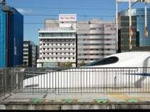 新横浜駅新幹線のホームから当ホテルがご覧いただけます!駅前2階歩行者デッキにて徒歩3分です