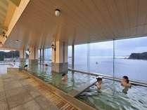 大浴場・内風呂 窓の外は一面の大海原。開放感溢れる天然温泉