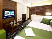 【シングルルーム】17平米のお部屋と120cm幅のセミダブルベッドでゆっくりとお寛ぎくださいませ。
