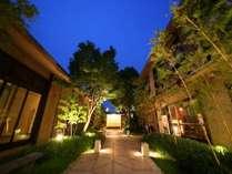 緑溢れる閑静な中庭を眺める