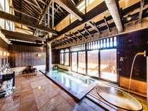 吹き抜け天井の広々とした風情ある木造り、関東最大級の大貸切風呂!