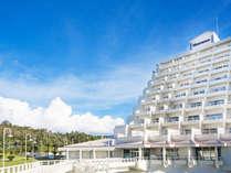 ホテル外観(国定公園内にそびえたつ白亜のピラミッド型のホテル)