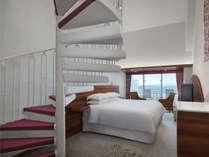 最上階オーシャンメゾネット(和洋室) 1階:洋室(クイーンサイズベッド1台設置)