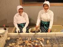 【魅するみえ旅 食べつくし】海女さんが目の前で焼いてくれる新鮮魚介を楽しむ「国崎かまど」プラン